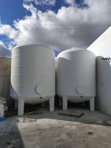 Depósito vertical con patas para almacenamiento de agua en Cooperativa Olivarera en provincia de Córdoba