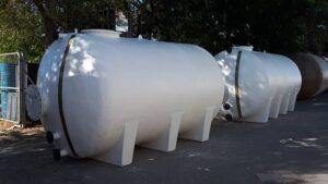Conjunto de depósitos horizontales con patas para alimentación de agua de sistemas contra incendios para cadena hotelera en Oropesa del Mar